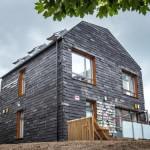 Kuća u Engleskoj napravljena od četkica za zube, pantalona, tepiha i mnogih drugih otpadnih materijala
