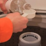 Nasuo je sirće u punu veš mašinu: Kako ovo nismo ranije znali?! (VIDEO)