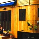 Živi izvan normi društva i putuje u ovoj lijepoj maloj karavan kućici – povirite unutra!