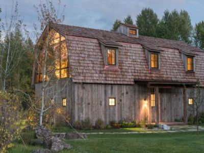 Preradili su staru kuću na selu. Spolja izgleda divno, ali unutrašnjost ostavlja bez daha!