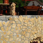 Kako postaviti lomljenje kamene ploče na zid. Oblaganje i fugiranje zida